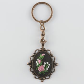 Çiçek Figürlü Kanaviçe Anahtarlık